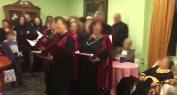 """Η Χορωδία του Δήμου Βριλησσίων στη Μονάδα Φιλοξενίας Ηλικιωμένων """"Κοσμάς ο Αιτωλός""""."""